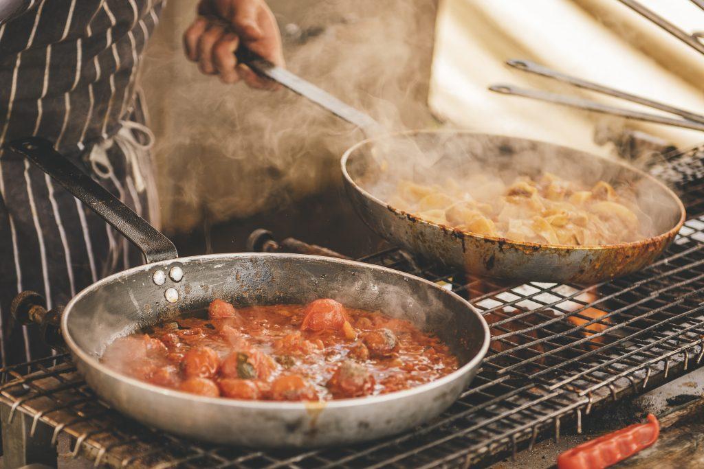 serpenyőben étel készül