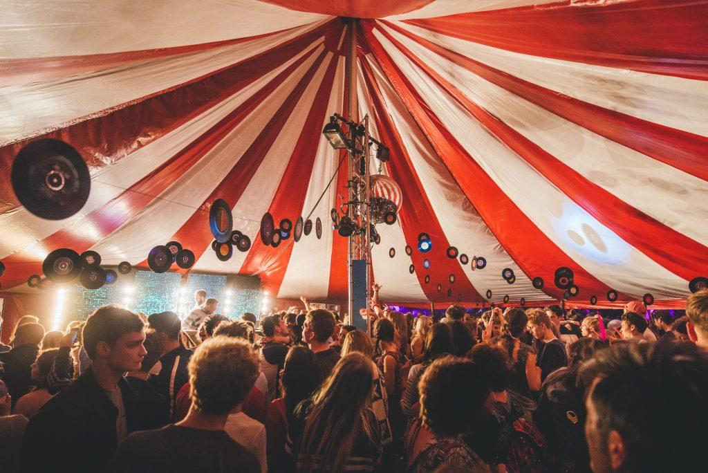 koncert a nagy kerek sátorban
