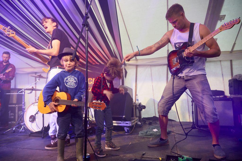 gitáros kisfiú koncerten