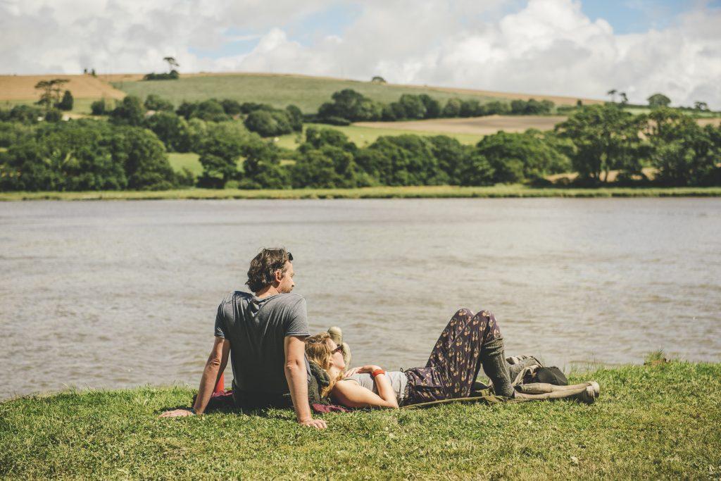 fiatal pár a torkolat partján a fűben hever