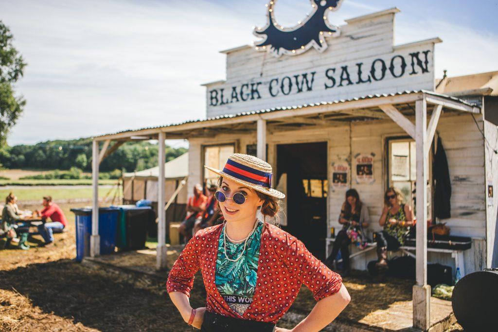 hölgy, mögötte a Fekete tehénhez címzett italozó