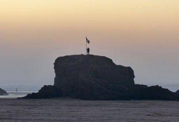 szikla zászlóval Perranporth